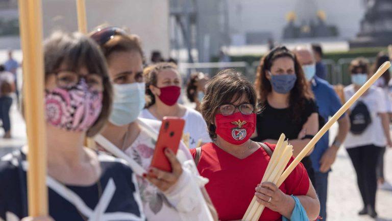 Peregrinos regressam a Fátima de máscara e com fé inabalável