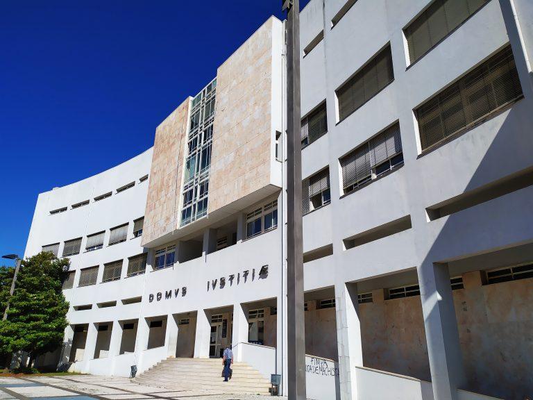 Tribunal baixa de 17 para 11 anos de prisão pena de jovem que matou pai em Barcelos